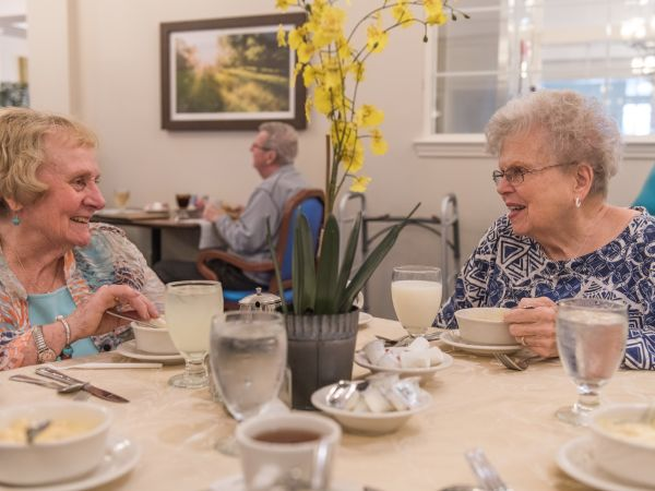 Residents Enjoying Lunch | Kingston Assisted Living in Sylvania